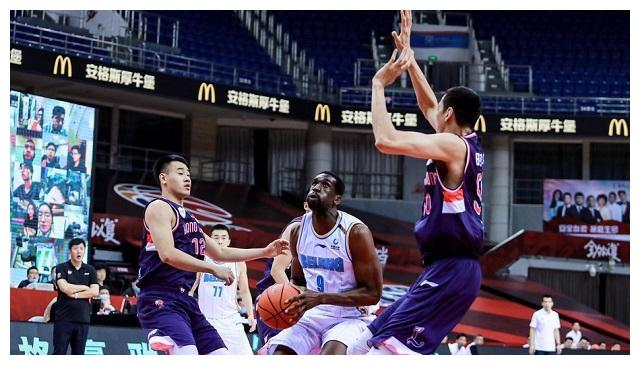 上海男篮大战CBA黑马球队,刘炜能否带领大鲨鱼走出泥潭?