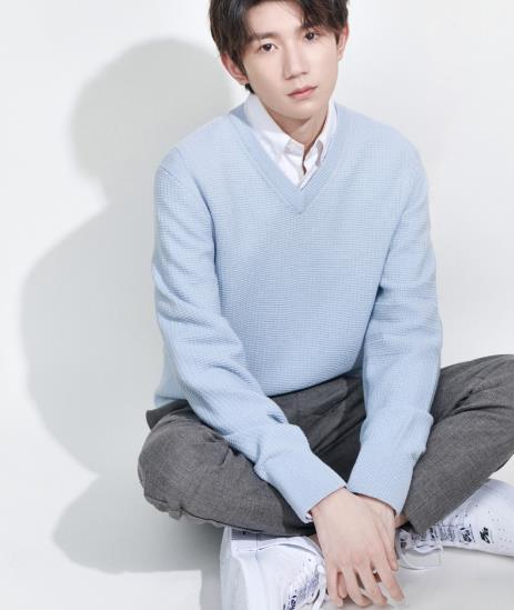 王源少年初长成,备受争议也勇往直前,浅蓝羊毛衫像极了初恋