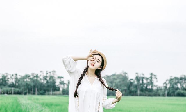 赵露思很甜美,身穿一袭白色连衣裙搭配杏色草帽,清纯又唯美