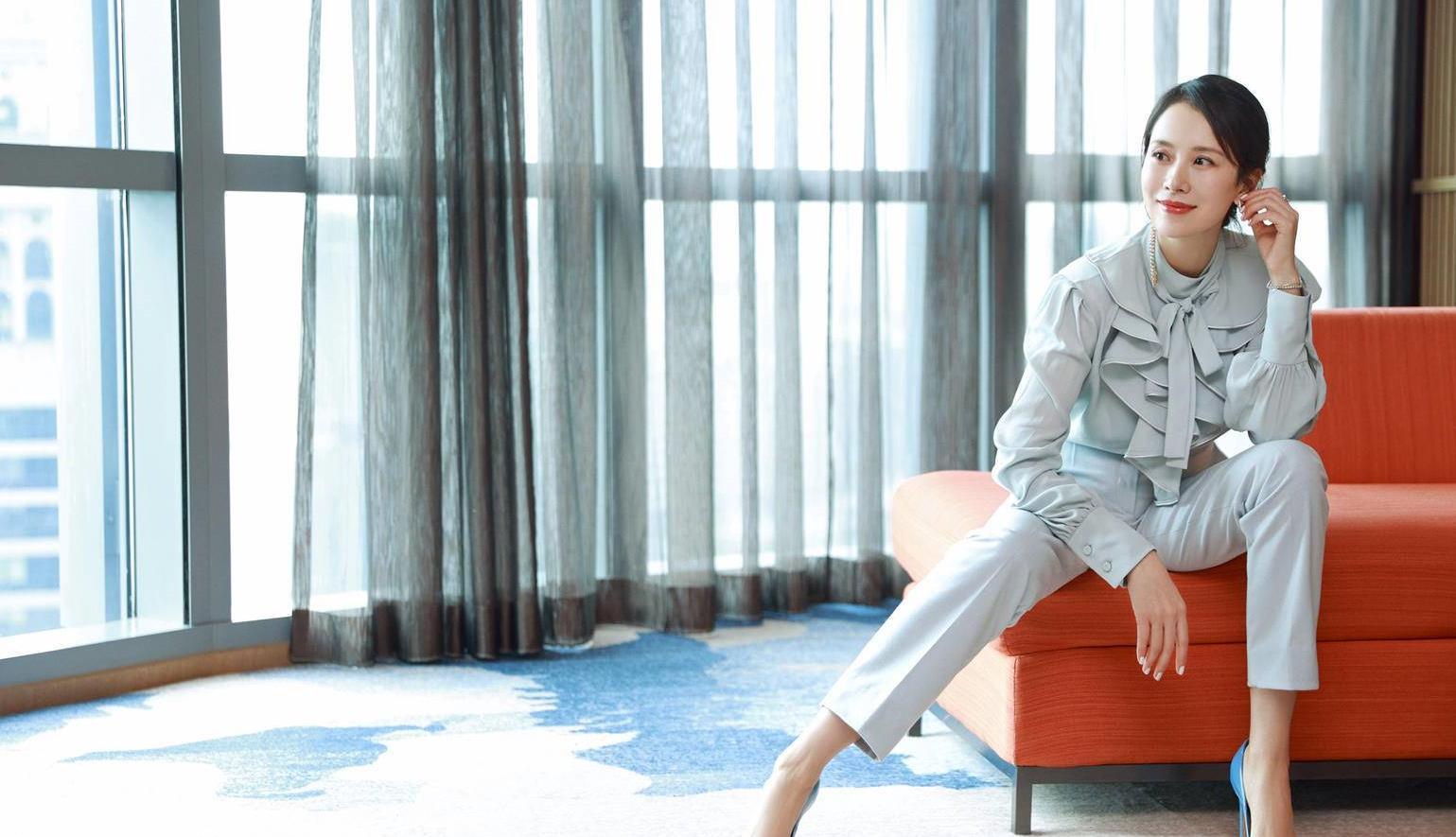 国民媳妇海清太会穿!荷叶领衬衫搭西裤美成焦点,精英范真适合她