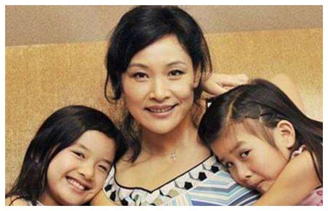 曾以为不能生育领养双胞胎,怀孕后抛弃养女,如今亲生女儿长这样