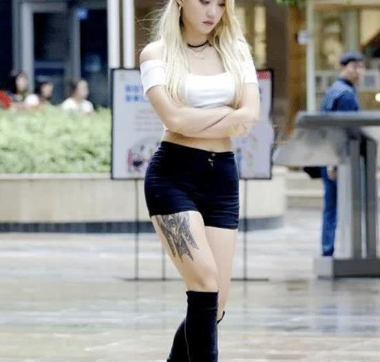 街拍:辣妹身穿白色上衣搭黑色热裤,尽显青春靓丽