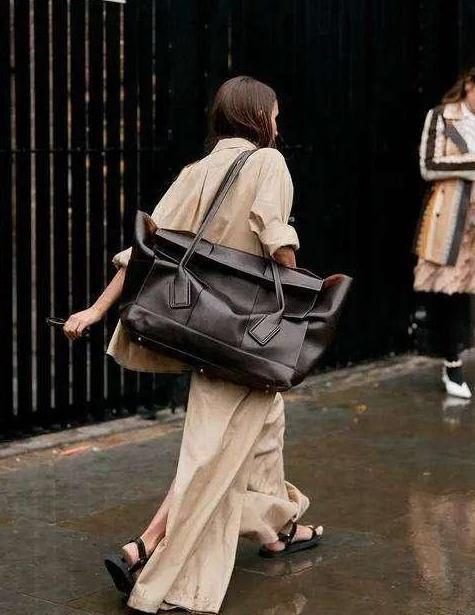 """水桶包、链条包都过时了,今年最火的包是""""它"""",搭裤子裙子都美"""