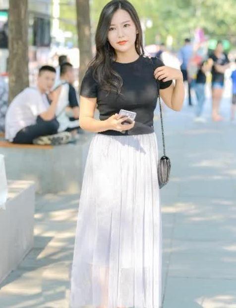 黑色T恤搭银色纱裙,尽显辣妈气质