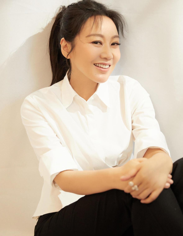闫妮的穿搭才叫精致,白衬衫配黑色喇叭裤,做到了极致简约真高级