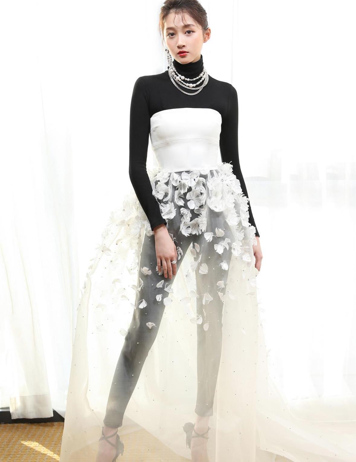 关晓彤衣品越来越好,一身黑裙出席活动,抓拍生图也很美!