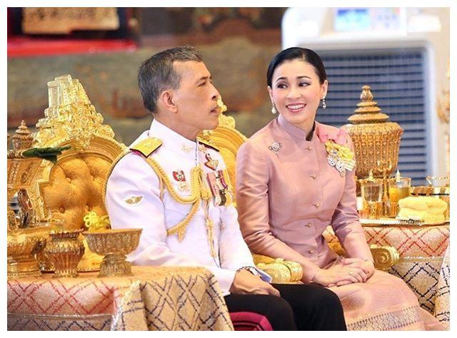 69岁都这么惊艳!泰国大公主一身粉蓝配秀细腰,美国前夫太不珍惜