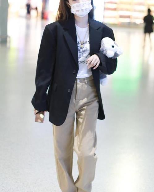 林小宅真会搭衣服,廓形外套配发箍少女感十足,可爱气质真迷人