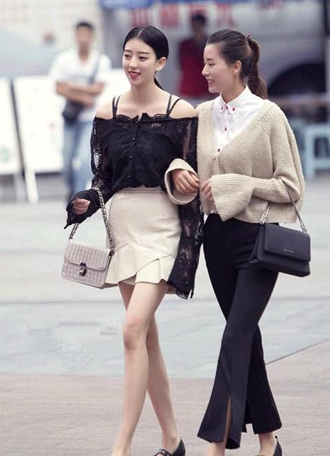 街拍时尚美女,逛街的漂亮闺蜜,五官精致韵味十足