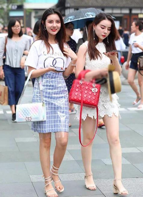 街拍,高颜值的时尚姐妹花,华丽的穿搭走在街头熠熠生辉