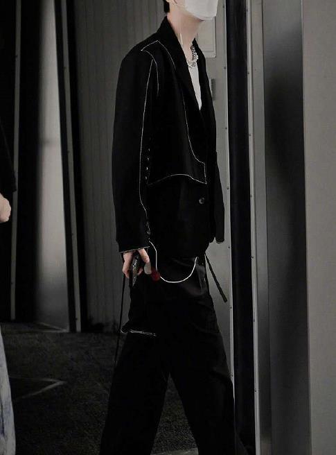 范丞丞穿黑色解构套装,银色条染头发时尚新颖,穿出另类时尚