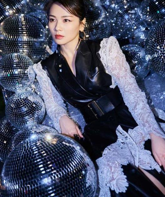 """刘涛穿衣有""""心机"""",好身材用腰带显出来,蕾丝加漆皮又美又飒"""