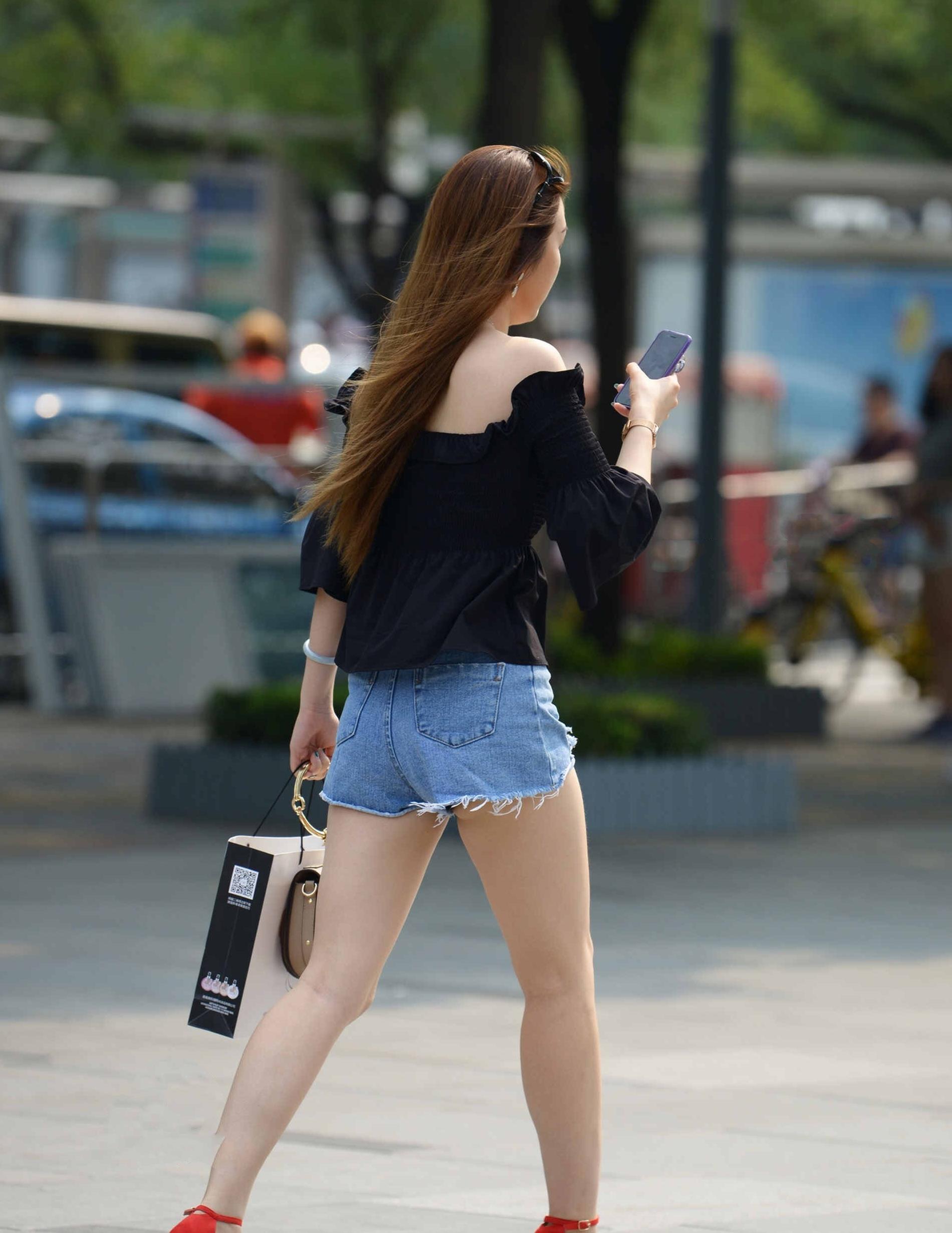 黑色中袖上衣,袖口花边设计,时尚潮流