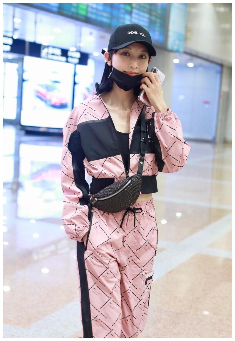 """张俪打扮新潮,一身粉色运动套装走机场,身板纤细有""""超模样"""""""