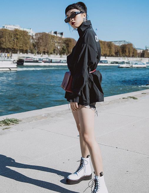 """今年流行的""""白色马丁靴"""",秋天跟着明星这样搭,显瘦显腿长"""