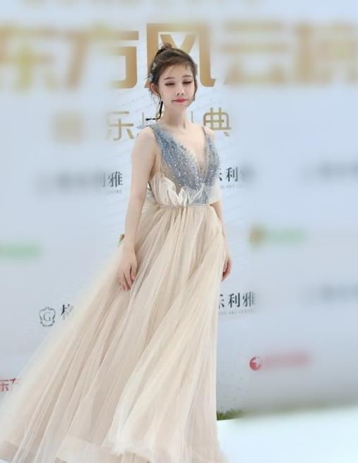 冯提莫性感穿搭如灰姑娘 米色长裙美轮美奂 身高一直是谜