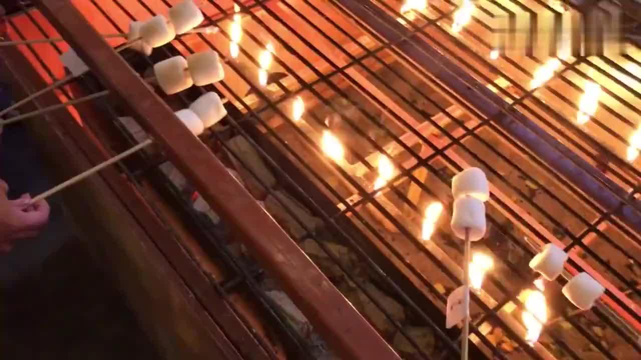 泰国生活记录53:清迈宁曼路上,一群妹纸在做自己的烧烤馒头