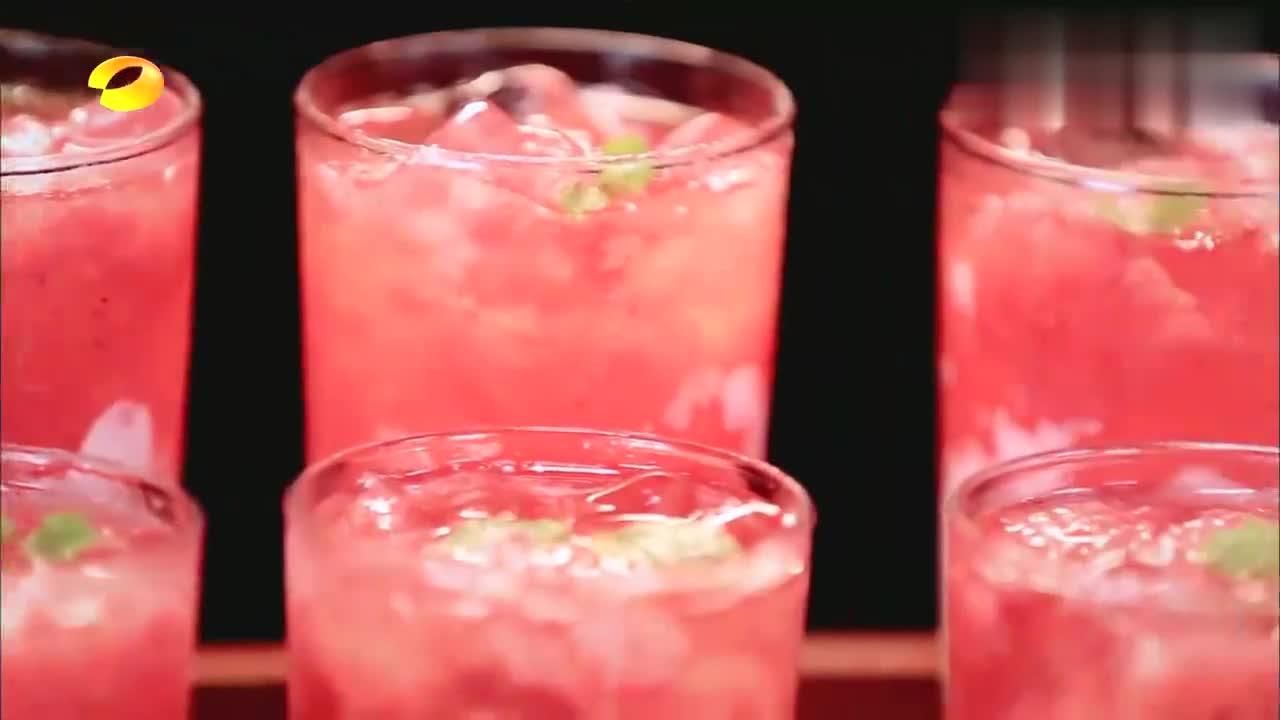 钱枫要喝草莓啵啵奶茶,王一博亲自给枫哥递上奶茶,画面太甜了!