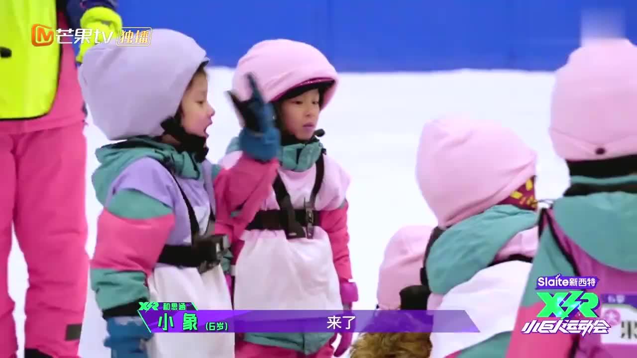 五岁小孩滑雪挑战魔鬼赛道,最后腾空一跃,许佳琪陈立农都被折服