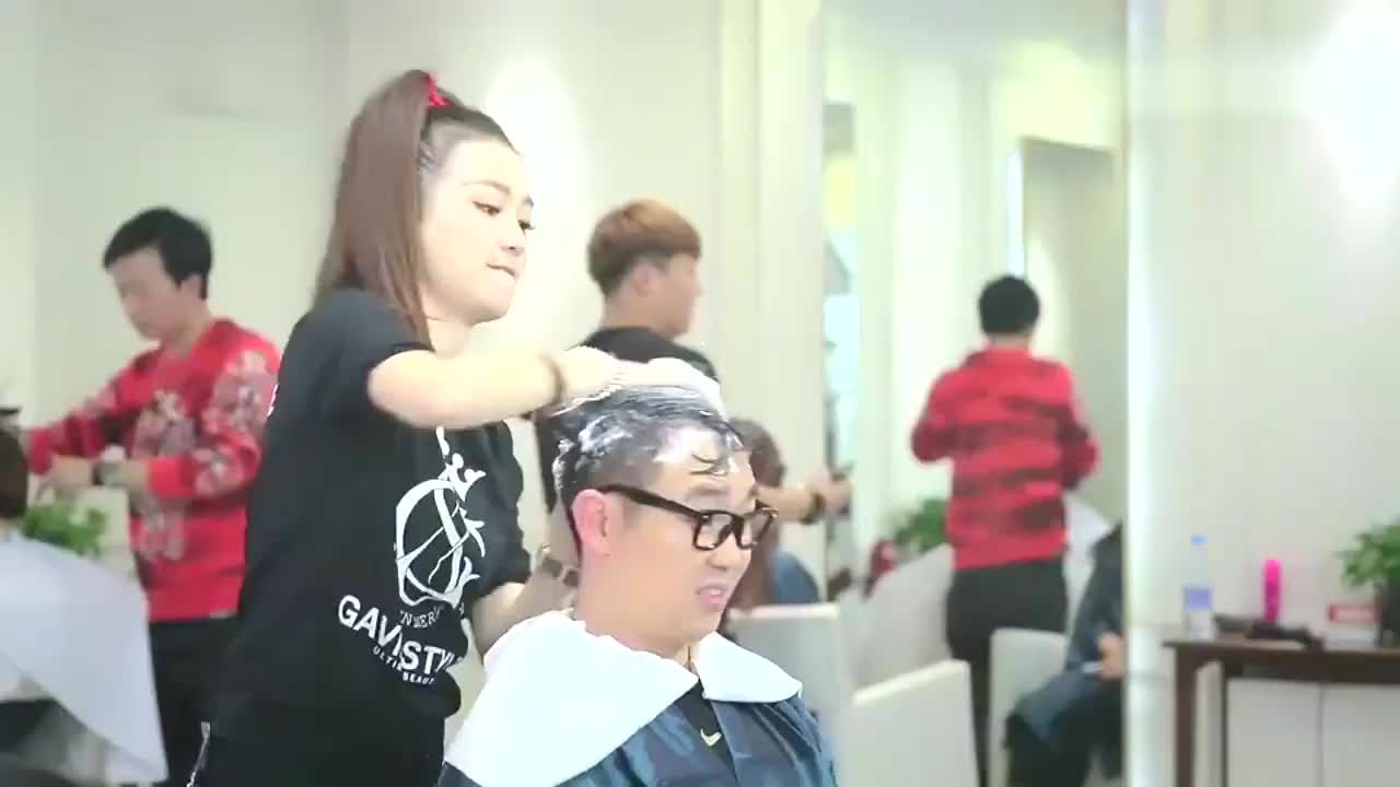 屌丝男士于莎莎给大鹏洗头不料安全帽都用上了这能洗干净