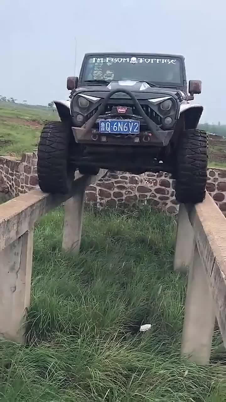 牧马人过独木桥,这得需要多大的勇气,不知道车主是怎么上去的!