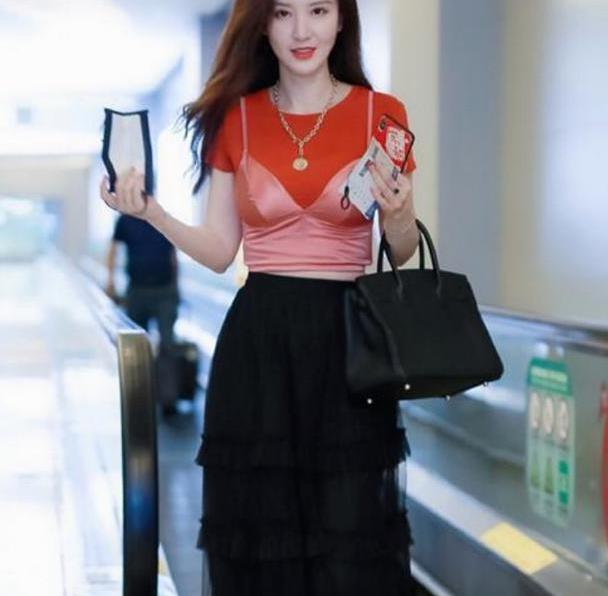 老板娘张萌走机场,红色T恤+芭比粉吊带,意外时尚感爆棚!