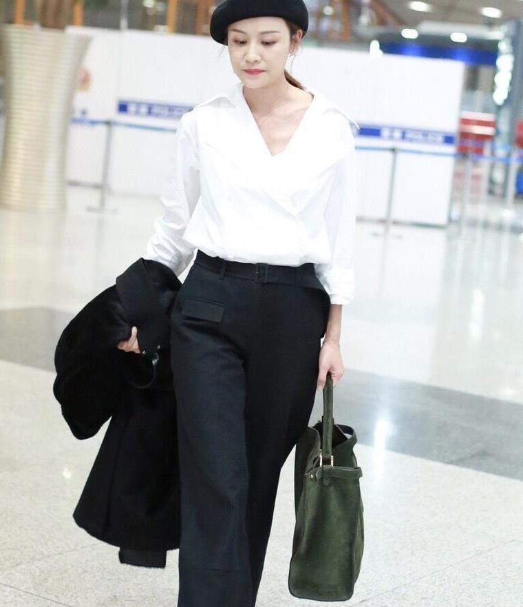 叶一茜才是穿搭高手,简单白衬衫配黑色阔腿裤,一顶贝雷帽太加分