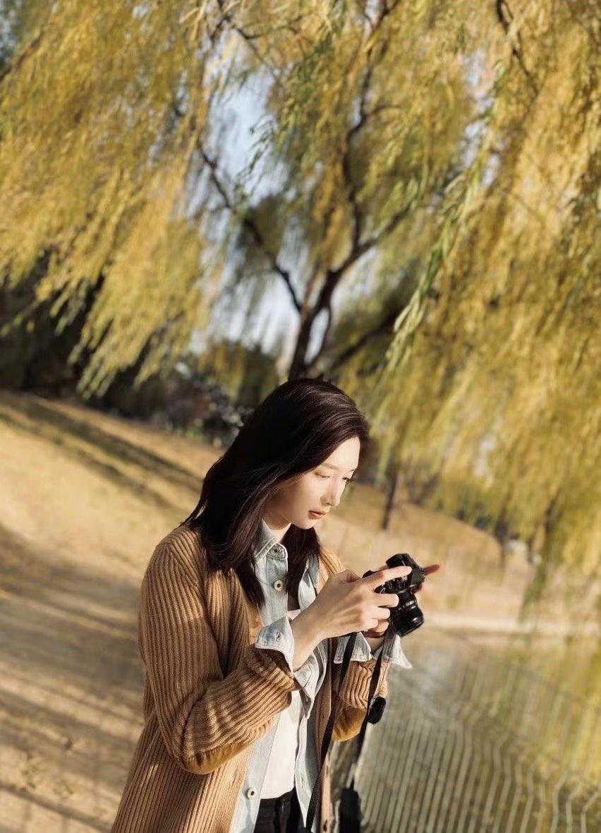 江疏影朝阳公园拍十八宫格,针织衫配毛絮边九分裤,初冬太优雅