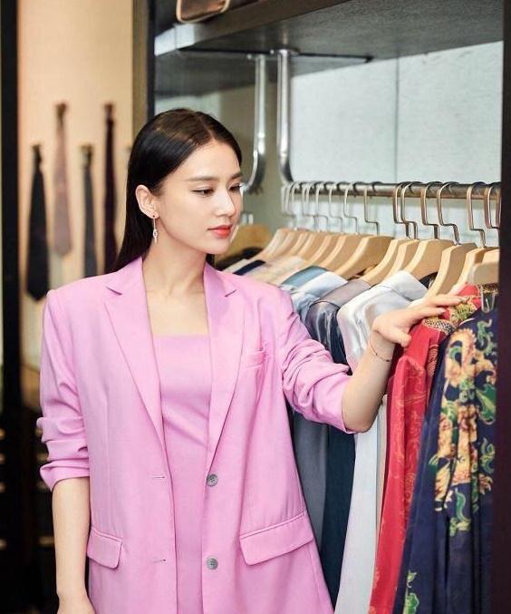 """黄圣依再展""""阔太""""风范,粉色套装配丝巾,颇有豪门少奶奶的感觉"""