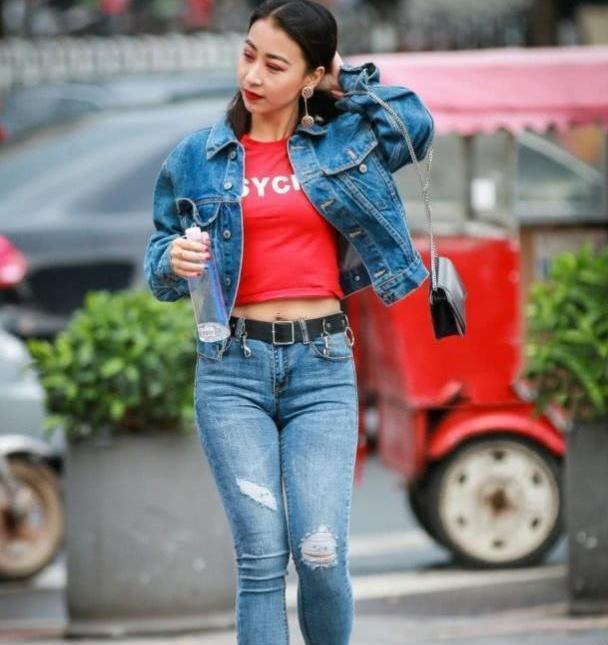 牛仔裤提升个人气质还非常百搭,可以秀出好身材还显高雅的浪漫