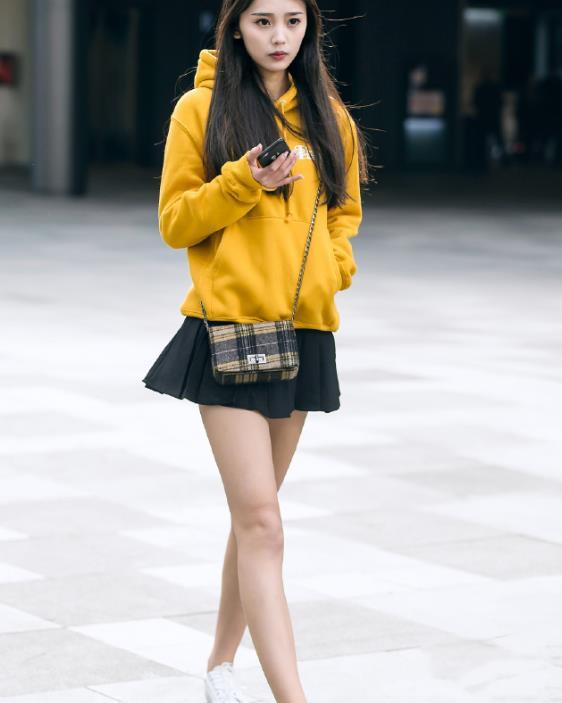 街拍:可爱的小姐姐黄色卫衣搭小短裙,少女感满满