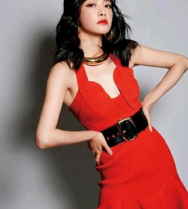 宋茜的穿搭好时髦,一袭红裙配卷发,魅力四射,大金颈圈更耀眼