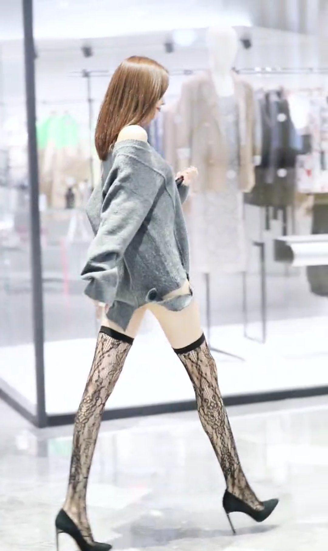 切莫认为女性穿丝袜是为了争奇斗艳,这是种生活态度,自信且优雅