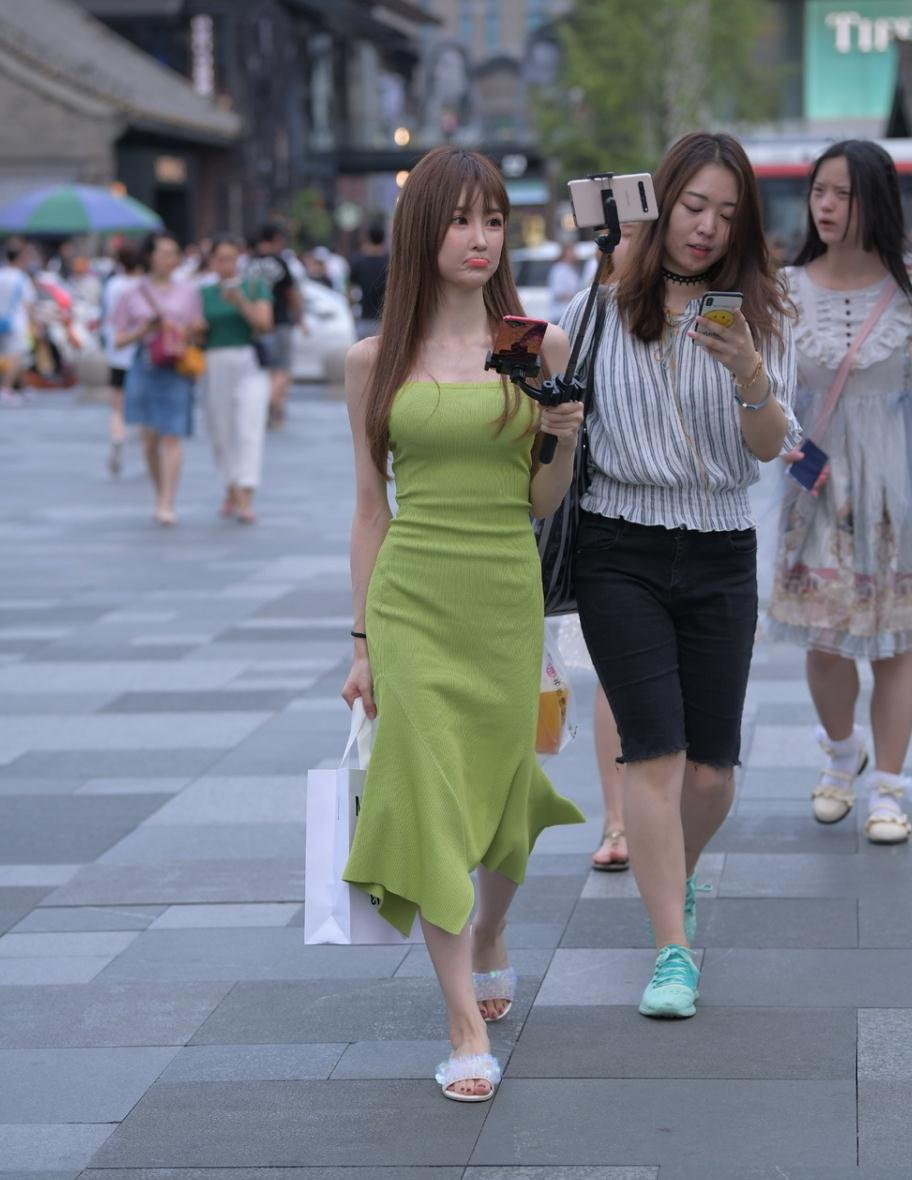 美女街拍:无色彩不夏天,一件五彩的时尚单品,给穿搭注入新灵魂