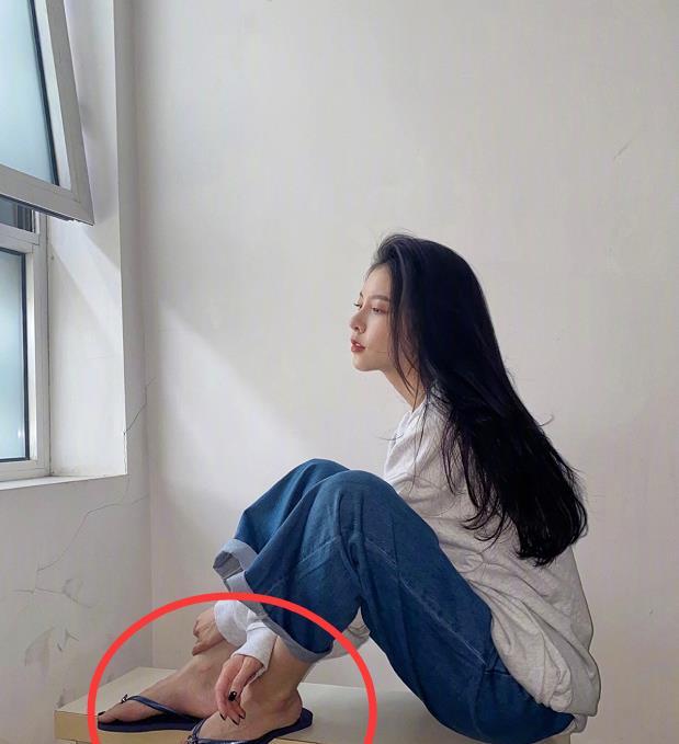"""宋妍霏拍照穿人字拖,镜头拉近看清""""脚型"""",这就是舞者的心酸"""