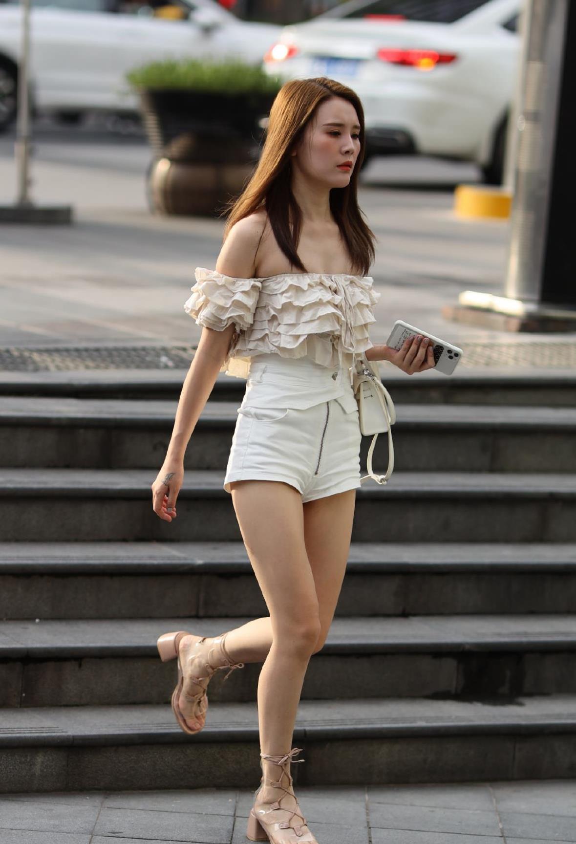一字领多层荷叶边上衣,搭配白色短裤,穿绑腿凉鞋清凉又显身材