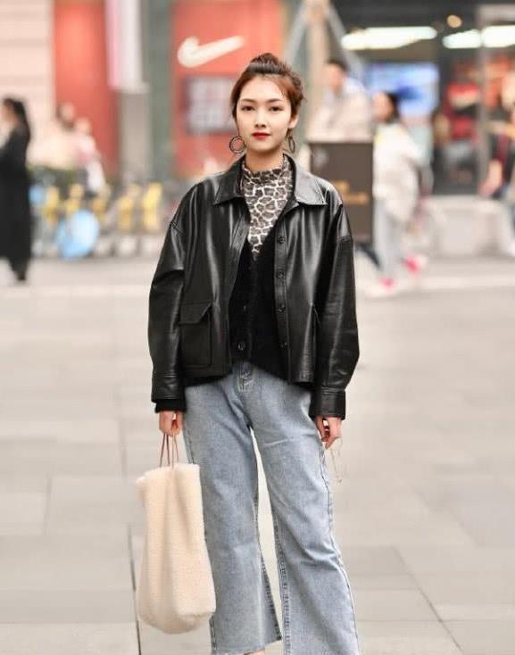 简约风格装扮出自然的美感,牛仔裤更加时髦大气也能御寒