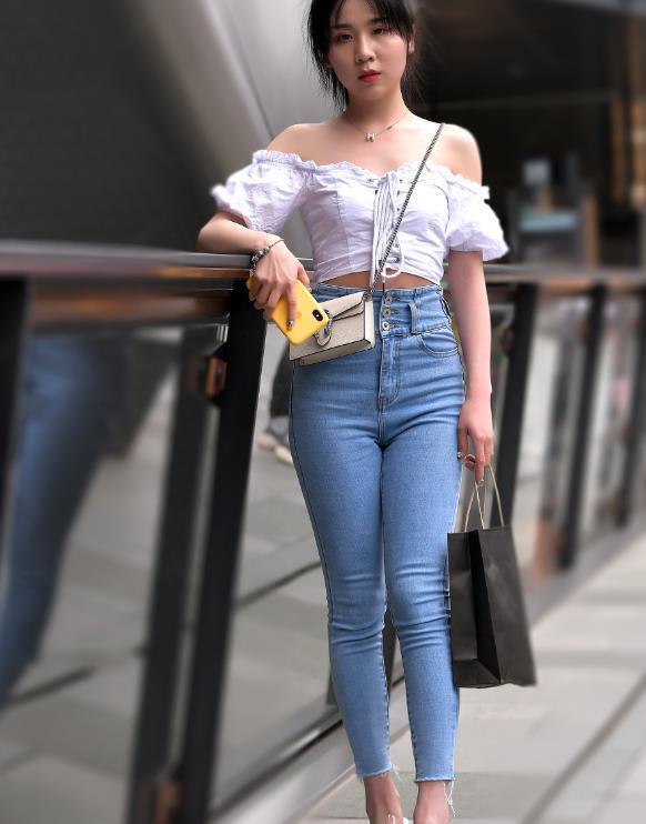街拍:短发小姐姐,身穿一字肩搭高腰牛仔裤,清凉又时尚