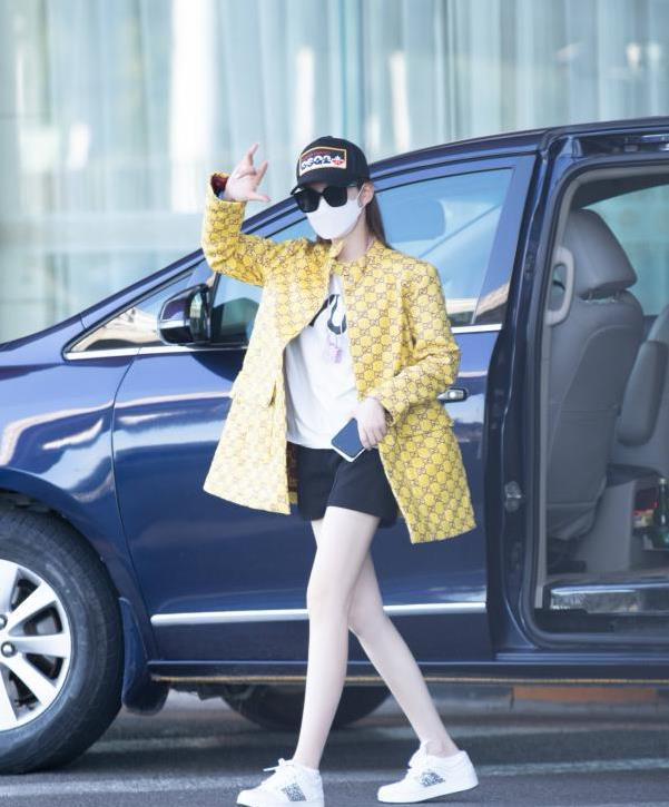 没有戚薇驾驭不了的时尚,黄色上衣搭黑色短裤,行走的衣架没错了