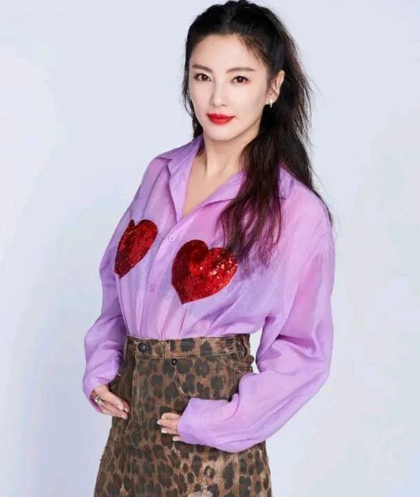 张雨绮驾驭豹纹服装毫不费力,身穿紫色衬衫配豹纹短裙,略显张扬
