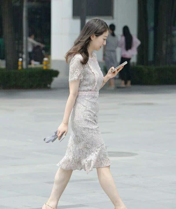 街拍:银灰色蕾丝束腰长裙,搭配铆钉高跟鞋,彰显成熟美