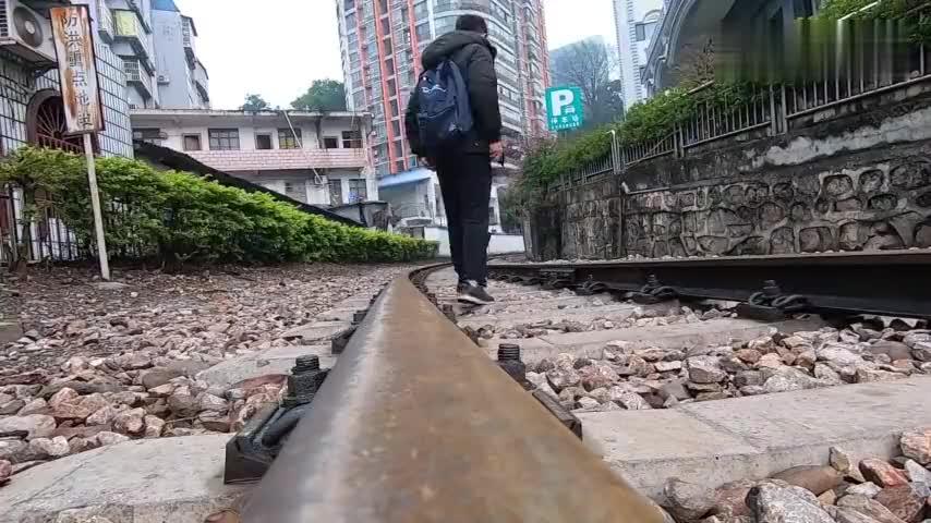 滇越铁路火车从中国河口驶入越南是连接东南亚的重要陆地通道