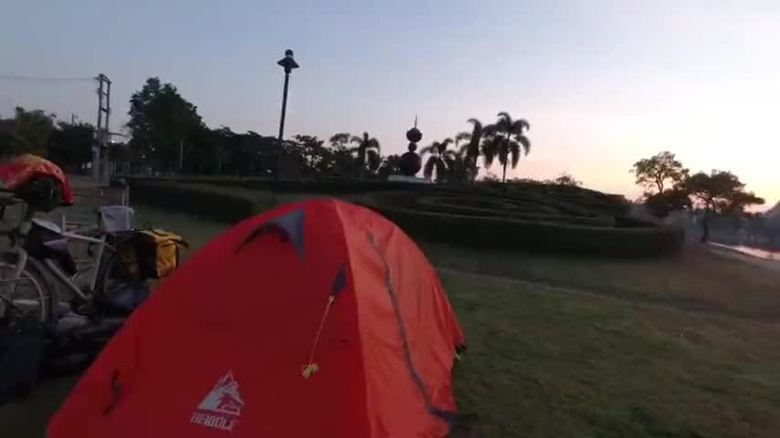 泰国骑行第2天,大平原一路向南,每天都可以到城市公园露营