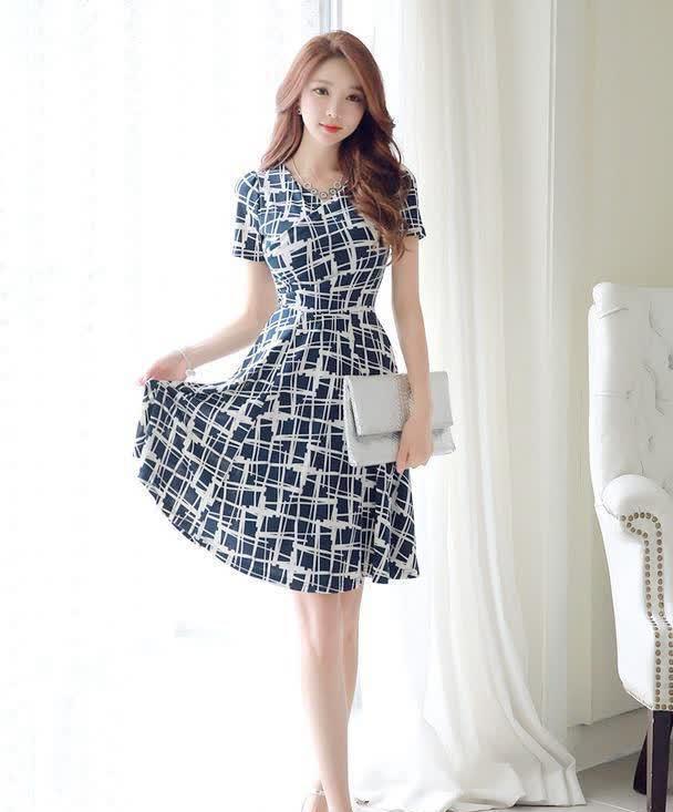 黑白纹理印花连衣裙,彰显都市女性不一样的气质