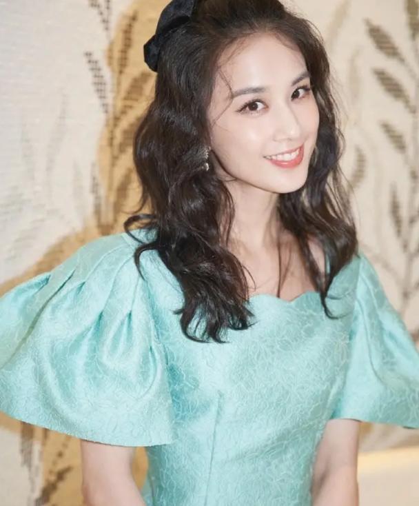 黄圣依还是那么有气质,薄荷绿泡泡袖连衣裙,清爽又时髦~