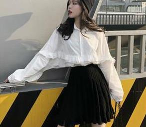 """刘孜穿衣时髦,不刻意""""扮嫩""""反倒减龄,白衬衣加束腰长裙显高贵"""