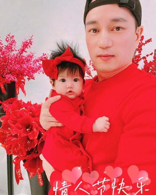 安以轩晒出丈夫陈荣炼和二胎女儿的合照