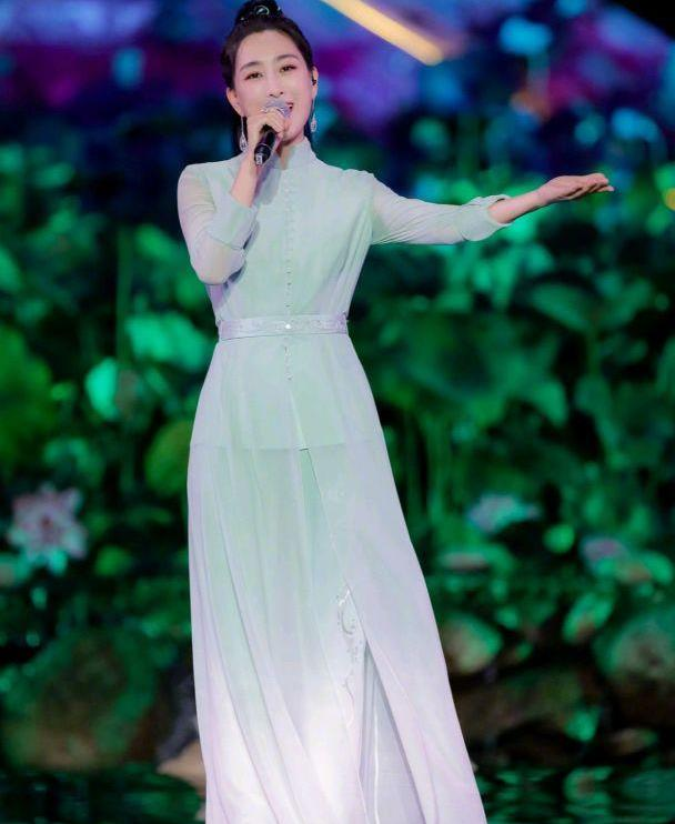 马苏厉害了,身穿渐变色设计的淡绿色连衣纱裙,美得让人移不开眼