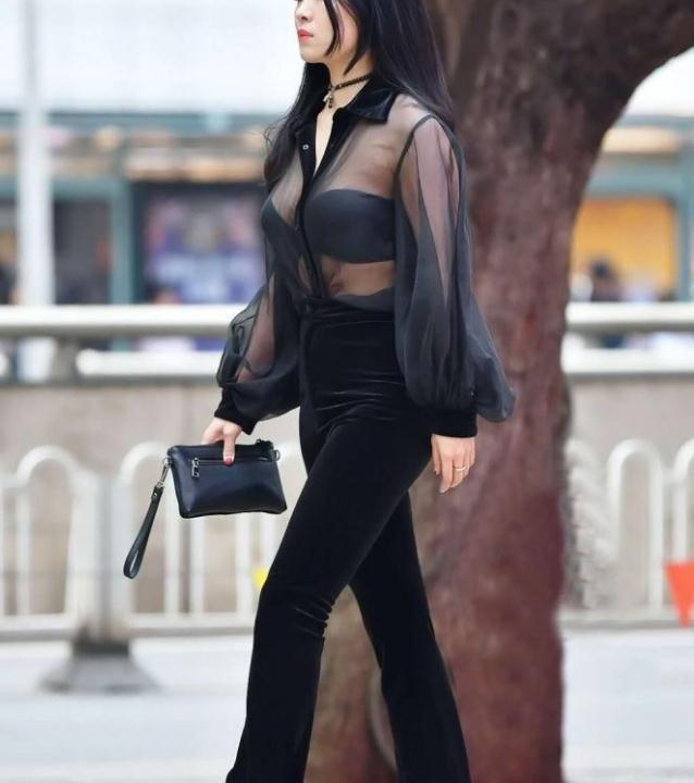 街拍:黑色薄纱罩衣,金丝绒微喇裤,职业又不失俏皮的女神!