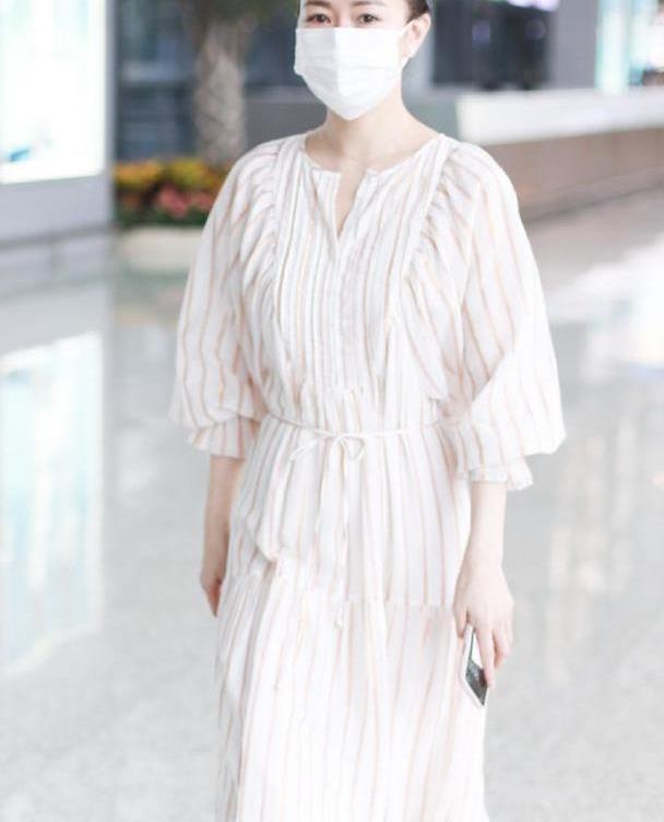佘诗曼现身机场!一袭白色连衣裙搭丸子头效果仙气十足